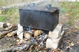 Шаг 5. Приготовить опоры и установить коптильню на средний костровой огонь на 25