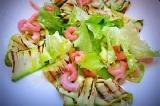 Шаг 5. Листья салата, креветки и кабачок выложить на тарелку и полить заправкой.