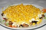 Шаг 6. Выложить консервированную кукурузу.