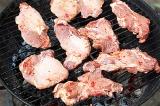 Шаг 6. Подготовить угли в барбекюшнице. Разложить мясо на решетке.