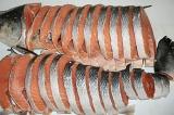 Шаг 1. Нарезать семгу на кусочки длиной в 3 сантиметра.