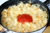 Шаг 4. Залить капусту водой и тушить 30 мин. Добавить томатной пасты, перемешать