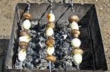 Шаг 3. На шампур поочередно нанизать грибы и лук. И отправить жариться на достат