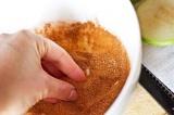 Шаг 3. Коричневый сахар и корицу перемешать.