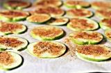 Шаг 6. Выложить яблочные ломтики на противень и поставить в духовку.