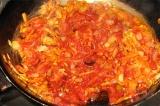Шаг 5. Добавить томатную пасту в сковороду.