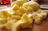 Шаг 7. Картофель порезать небольшими кубиками.