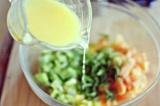 Шаг 8. Выложить мяту к нарезанным ингредиентам и добавить апельсиновый сок.