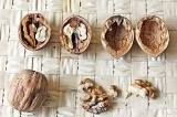 Шаг 1. Очистить грецкие орехи.