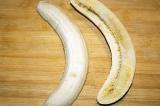 Шаг 3. Банан разрезать вдоль.