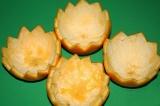 Шаг 8. Вырезать половинки апельсина зубчиками.