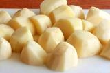 Шаг 1. Картофель очистить, порезать крупно.