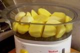 Шаг 2. Картофель уложить в контейнер пароварки, посолить и готовить согласно инс