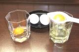 Шаг 2. Яйца разделить на белки и желтки.