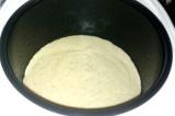 Шаг 7. Перелить тесто в форму мультиварки, выбрать режим «Выпечка».