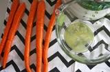 Шаг 2. Выдавить сок из имбиря. Очистить морковь.