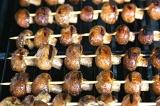 Шаг 6. Нанизать грибы на шпажки и обжарить на гриле.