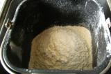 Шаг 3. Просеять муку и добавить в хлебопечку.