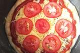Шаг 12. Уложить помидоры на пиццу и готовить в режиме «Выпечка».
