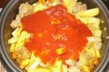 Шаг 9. Добавить картофель, перец и томатную пасту. Посолить и поперчить.