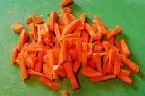 Шаг 4. Морковь порезать брусочками.