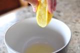 Шаг 3. Из лимонов выдавить сок.