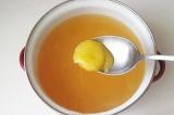 Шаг 6. Добавить мед и лимонный сок. Разбавить водой.