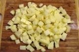 Шаг 10. Картофель нарезать кубиками.