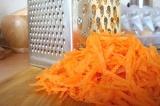 Шаг 1. Морковь натереть на терке.