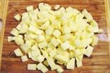 Шаг 7. Картофель порезать кубиками.
