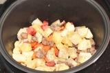Шаг 8. Добавить овощи к мясу, посолить и поперчить.