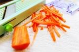 Шаг 3. Морковь порезать соломкой.