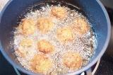 Шаг 7. Обжарить семгу в кипящем масле.