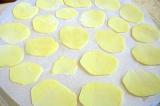 Шаг 3. Уложить на бумагу картофель, посолить. Отправить в микроволновку.