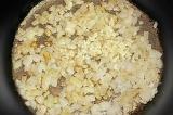 Шаг 4. Обжарить лук и чеснок на сковороде.
