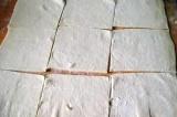Шаг 1. Тесто порезать на квадраты среднего размера.