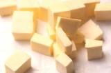 Шаг 3. Масло порезать на небольшие кусочки.