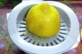 Шаг 1. Из лимона выжать сок.