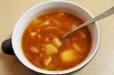 Готовое блюдо: томатный суп с фасолью