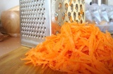 Шаг 4. Морковь натереть.