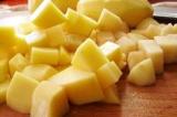 Шаг 7. Картофель нарезать кубиками.