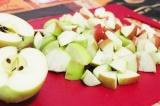 Шаг 3. Яблоки порезать небольшими кусочками.