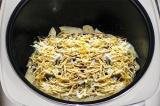 Шаг 8. Смазать картофель майонезом, посыпать сыром и готовить в режиме «Выпечка»