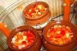 Шаг 6. Все ингредиенты уложить в горшочки, залить водой и готовить в аэрогриле.