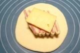 Шаг 7. Еще один шарик теста раскатать, уложить порезанное тесто с ветчиной. Свер
