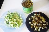 Шаг 8. Когда овощи остыли, добавить нарезанный свежий и маринованный огурец, зел