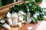 Шаг 4. Мелко нарезать зелень и чеснок.