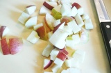 Шаг 2. Яблоки очистить и нарезать кубиками.