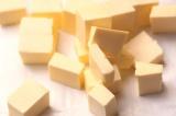 Шаг 3. Сливочное масло порезать кубиками.