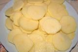 Шаг 1. Картофель очистить и порезать кружочками.